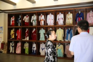 The President of Sun Jing School introduced the clothing culture of Han Dynasty